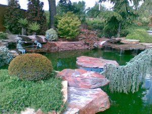 cubiertas-segovia-jardineria-monolitos-rojo-3