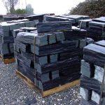 cubiertas-segovia-piedras-irregulares-cuarcita-negra-rugosa-2