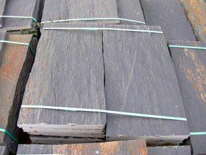 cubiertas-segovia-piedras-irregulares-cuarcita-negra-rugosa-1